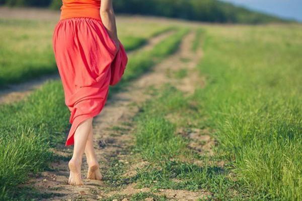 Летом старайтесь больше ходить босиком по траве и земле