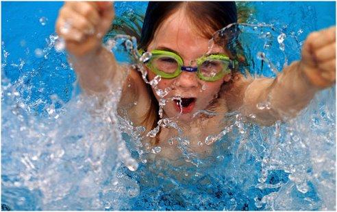 Выполнение упражнений в воде хорошо укрепляет мышцы