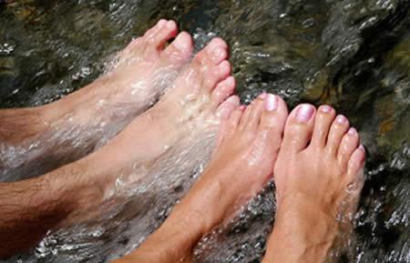 Любое закаливание водой начинается с обливания ног, затем выше