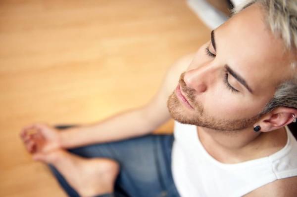 Чтобы меньше отвлекаться, представляйте себе весь процесс дыхания, как воздух проходит через нос в легкие и т.д. Чем ярче вы будете все это видеть и ощущать, тем глубже ваша медитация