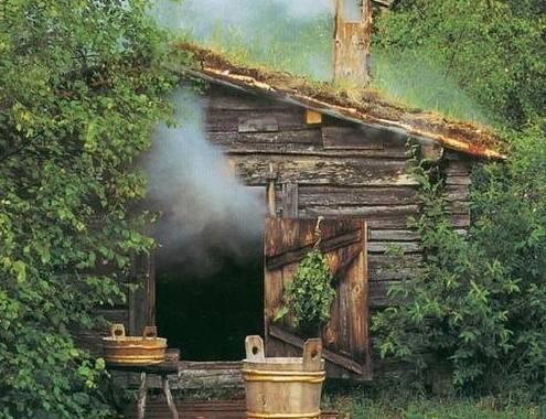 Первые бани топили по-черному, дымный дух пропитывал деревянный сруб бани, затем стены обливали водой и проходились старым веником, и только потом начинали париться