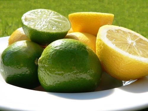 Польза цитрусовых не только в содержании витамина С, но также и в ароматерапии. Аротам цитруса улучшает настроение и успокаивает нервную систему.