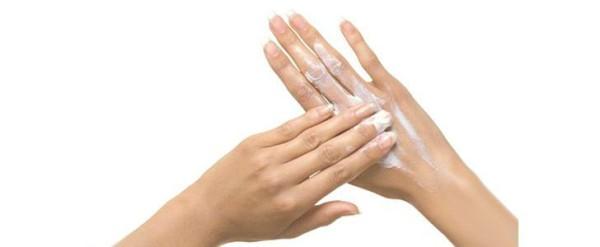 Безусловно, в домашних условиях необходимо ухаживать за руками, делая кожу мягкой и увлажненной. Однако, причины шелушения могут быть гораздо глубже, обратитесь к дераматологу.