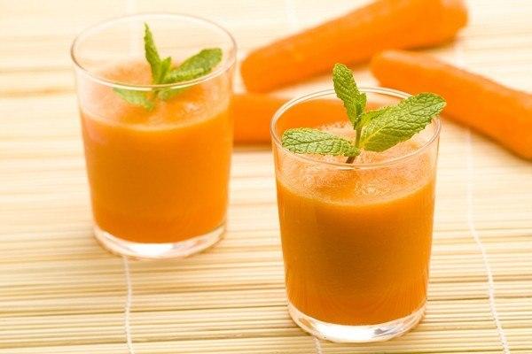 В морковный сок обязательно добавляйте какое-нибудь масло: кедровое или оливковое. Так витамин А лучше усваивается.