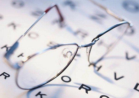 Если вы чувствуете, что зрение не такое острое, как прежде, обязательно посетите окулиста и выясните причины ухудшений