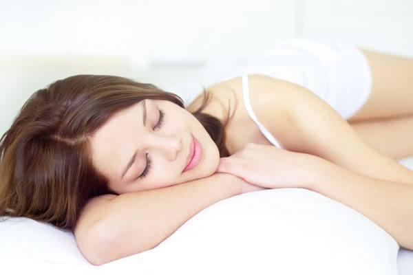 Установлено, что организм лучше всего отдыхает, если постельное белье и ваша ночная одежда  белого цвета