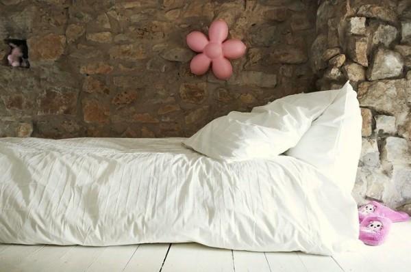Белй цвет создает ощущение чистоты и свежести, в такую постель нельзя лечь, не приняв душ. Можете использовать это в воспитании детей.