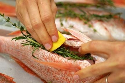 Возьмите любую рыбу, добавьте специи и отправьте в духовку в фольге. На гарнир отварите рис и овощи.