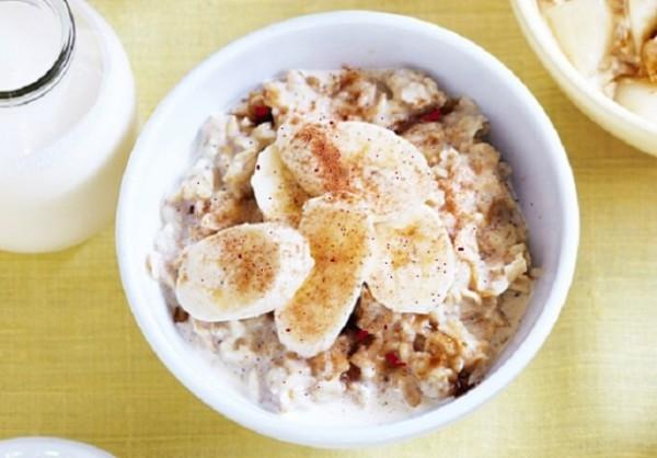 В кашу можно добавлять любые фрукты, орехи и сухофрукты, корица подойдет к любому сочетанию