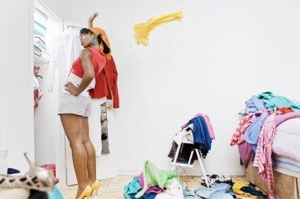 Выбрасывая вещи, не нужно каждую долго рассматривать и думать, что с ней делать. Делайте все быстро,что не одевали 1 год-выкинуть.