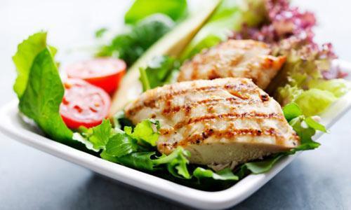 При выборе мяса ориентируйтесь на легкость усвоения и содержание жиров. Куриная грудка-оптимальный выбор.