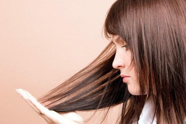 Как ни печально, но секущиеся кончики нельзя вылечить- их можно ( и нужно!) только отрезать. Однако, озаботившись лечением ослабленных волос, можно не только забыть о проблеме секушихся и ломких волос, но и вдохнуть новую жизнь в свои волосы.