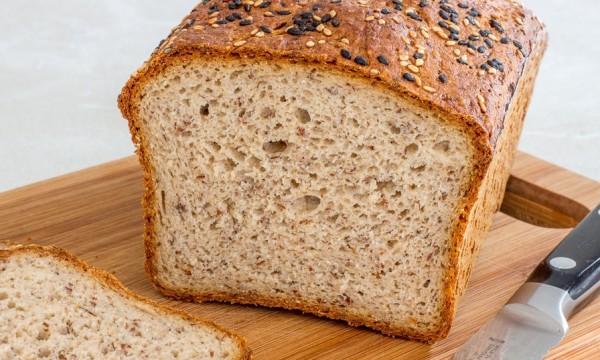 на цельнозерновом хлебе отчетливо видны вкропления отрубей и клетчатки