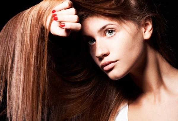 Чтобы волосы ровнее лежали друг к дружке, перед сном расчесывайте их деревянной расческой в течение 15 минут.