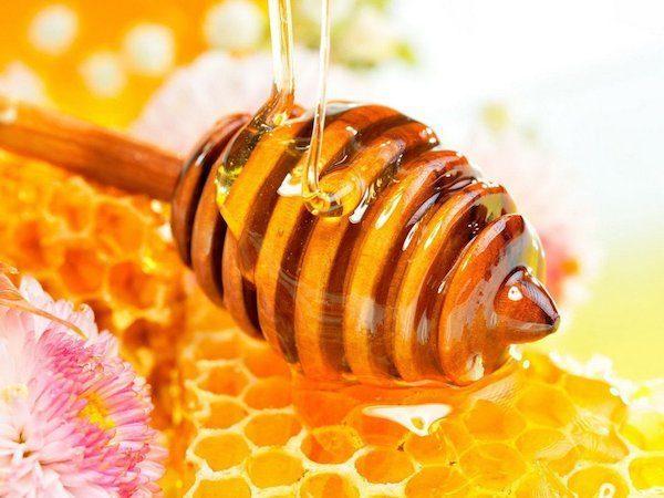 Лучше использовать жидкие сорта меда, чтобы не подвергать его термической обработке