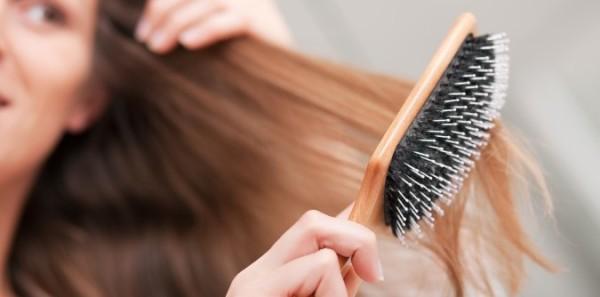 Чтобы как можно меньше травмировать волосы при расчесывании, начинайте с кончиков и постепенно переходите к корням.