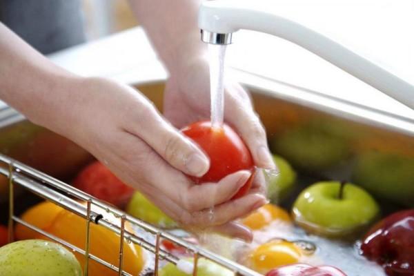 Овощи и фрукты следует промывать в нескольких водах