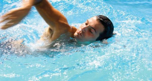 Плавание очень мягко приводит работу всех органов в порядок, идеально для тех, кто не дружит со спортом
